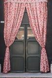 hänger upp gardiner dörren Royaltyfria Foton