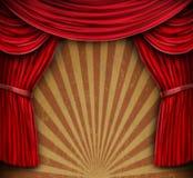 hänger upp gardiner den gammala röda väggen för grunge Royaltyfri Foto