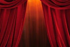hänger upp gardiner den röda etappteatern Arkivfoton