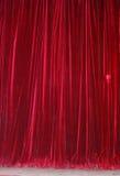 hänger upp gardiner den röda teatern Arkivbilder