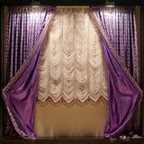 hänger upp gardiner det lyxiga fönstret Royaltyfria Bilder