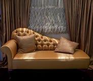 hänger upp gardiner det lyxiga sofafönstret Royaltyfri Foto