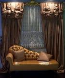 hänger upp gardiner det lyxiga sofafönstret Royaltyfri Fotografi