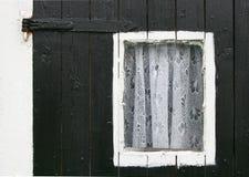 hänger upp gardiner det små fönstret arkivbild
