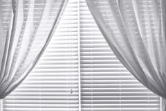 hänger upp gardiner dupionisilk arkivfoto