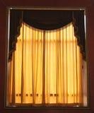 hänger upp gardiner fönstret royaltyfri foto