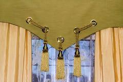 hänger upp gardiner fönstret Arkivbild