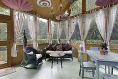hänger upp gardiner farstubrowhite fotografering för bildbyråer