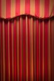 hänger upp gardiner görad randig guldred Fotografering för Bildbyråer