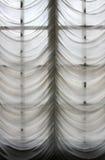 hänger upp gardiner gammal stil Fotografering för Bildbyråer