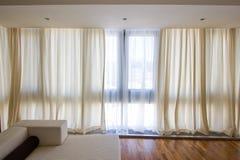 hänger upp gardiner genomskinligt royaltyfria bilder