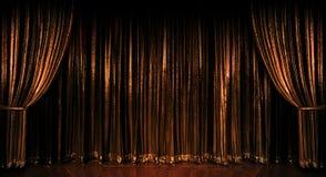 hänger upp gardiner guld- fotografering för bildbyråer