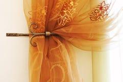 hänger upp gardiner modernt Fotografering för Bildbyråer