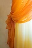 hänger upp gardiner orange genomskinligt Arkivbilder