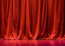 hänger upp gardiner röd etappsammet Arkivbilder