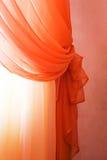 hänger upp gardiner rött genomskinligt Royaltyfri Bild