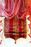 hänger upp gardiner red Royaltyfria Foton