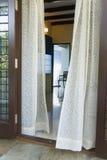 hänger upp gardiner rent Royaltyfri Bild