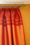 hänger upp gardiner satäng Arkivfoton