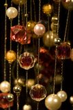 hänger upp gardiner smycken Fotografering för Bildbyråer