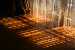 hänger upp gardiner solljus royaltyfri foto