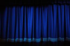 hänger upp gardiner theatren royaltyfri fotografi