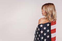 Hängiven behagfull kvinna som uttrycker hennes patriotiska känslor Arkivbilder
