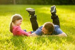 Hängiven fader och dotter som talar och att ha gyckel Arkivfoton