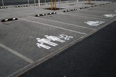 Hängivet tecken för familj - tomma parkeringsplatser under guld- timmesolnedgång på en populär typisk shoppa mitt arkivfoton