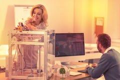 Hängivna arbetare som ut figurerar anvisningen för en skrivare 3D arkivfoto