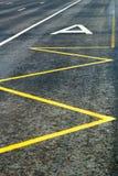 Hängivna gränder för kollektivtrafik på körbanan med att markera för hållplats Royaltyfria Foton