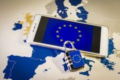 Hänglås över en smartphone och EU-översikten, GDPR-metafor Royaltyfria Bilder