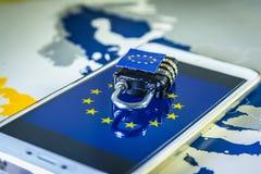 Hänglås över en smartphone och EU-översikten, GDPR-metafor Arkivfoto