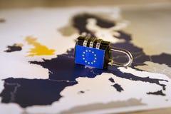 Hänglås över EU-översikten, GDPR-metafor Arkivbild