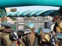 Hänglås av förälskelse på bron Royaltyfri Fotografi