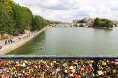 Hänglås bro över Seinet River i Paris, Frankrike Arkivbild