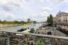 Hänglås bro över Seinet River i Paris, Frankrike Royaltyfria Bilder