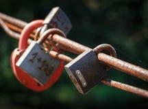 Hänglås, ett symbol av evig förälskelse och minne av vänner arkivfoto