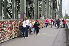 Hänglås i Cologne royaltyfria foton