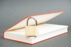 Hänglås i en bok Arkivfoton