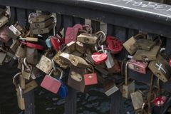 Hänglås i evigt förälskelsetecken på en bro av den Nyhavn pir royaltyfria bilder