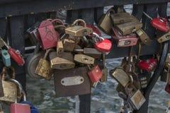 Hänglås i evigt förälskelsetecken på en bro av den Nyhavn pir arkivfoto