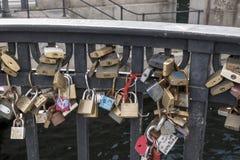 Hänglås i evigt förälskelsetecken på en bro av den Nyhavn pir arkivfoton