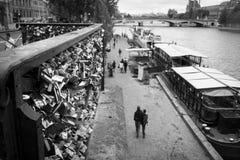 Hänglås i Seine River Arkivbild
