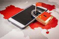 Hänglås Kina flagga på en smartphone och en Kina översikt Stor Firewall av det Kina begreppet royaltyfria foton