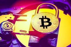 Hänglås med cryptocurrencybitcoin på datorhårddiskdrev HDD Begrepp för säkerhet för information om internetdataavskildhet Electro Royaltyfri Bild