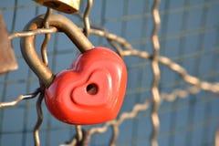 Hänglås med hjärtatecknet Arkivfoton