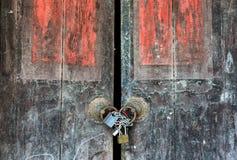 Hänglås och gammal dörr en tappning fotografering för bildbyråer