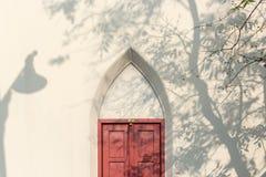 Hänglås och gammal dörr en tappning royaltyfria foton
