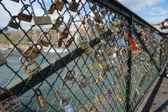 Hänglås och Seine River Royaltyfria Bilder